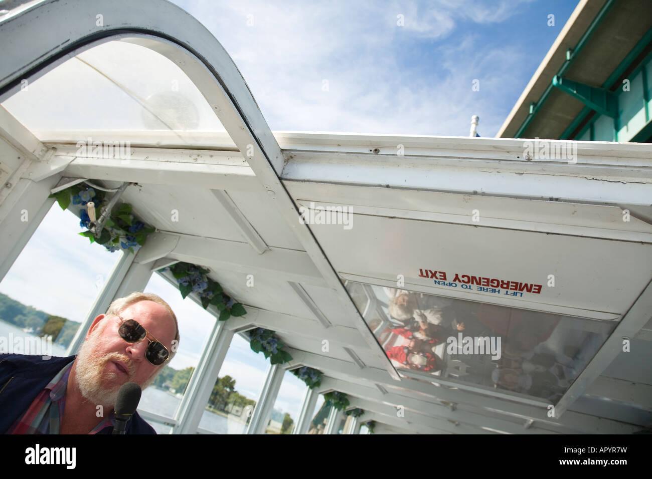 IOWA LeClaire capitán de barco fluvial de hablar mediante el micrófono en  el río Mississippi Imagen bc44dd37c60