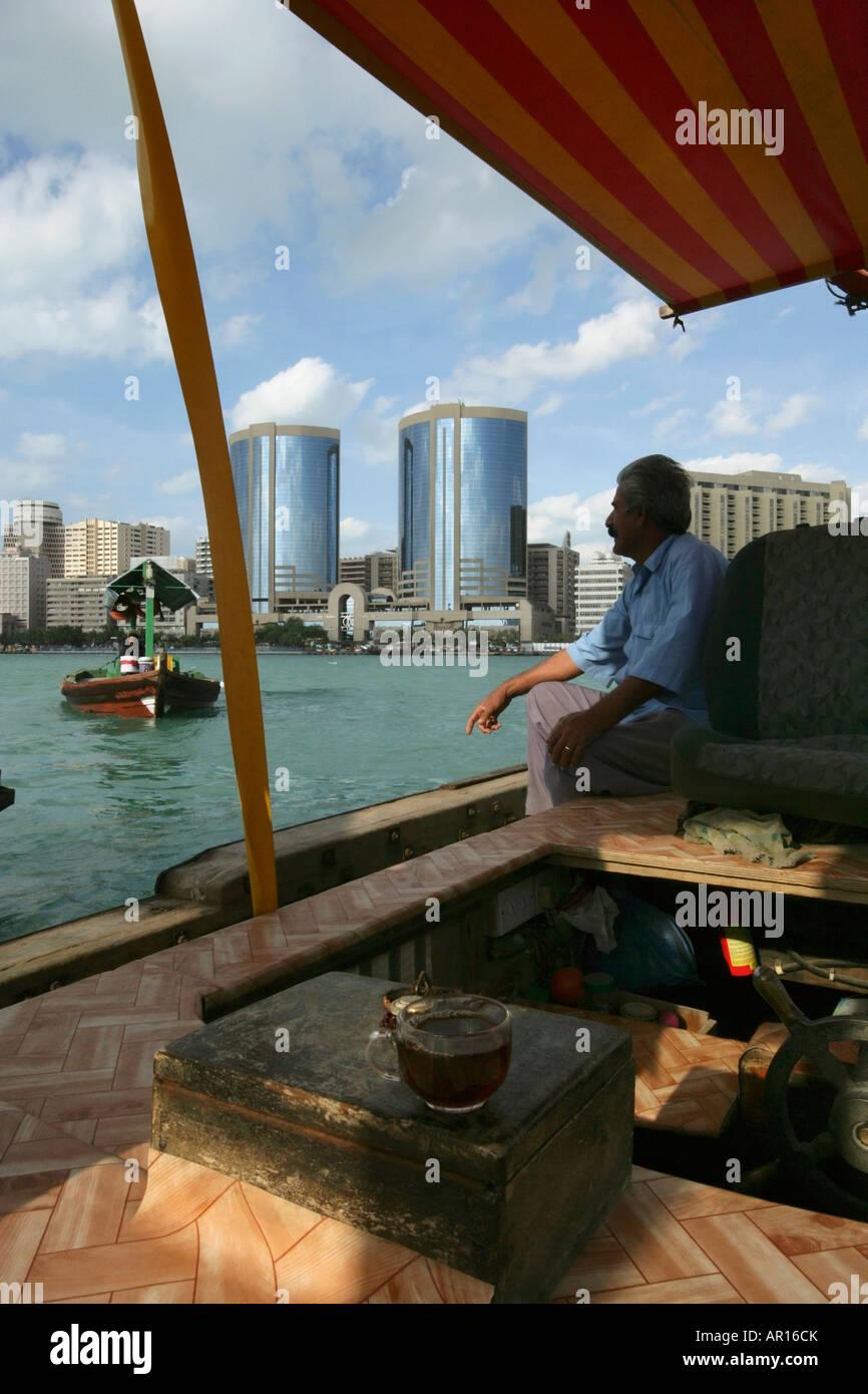 Hombre sentado en el barco Foto de stock