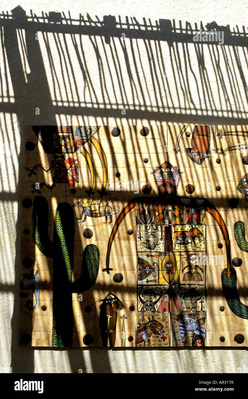 Un colorido mosaico mural del artista mexicano Fernando Andriacci decorando el pasillo a las Ventanas al Paraiso Imagen De Stock