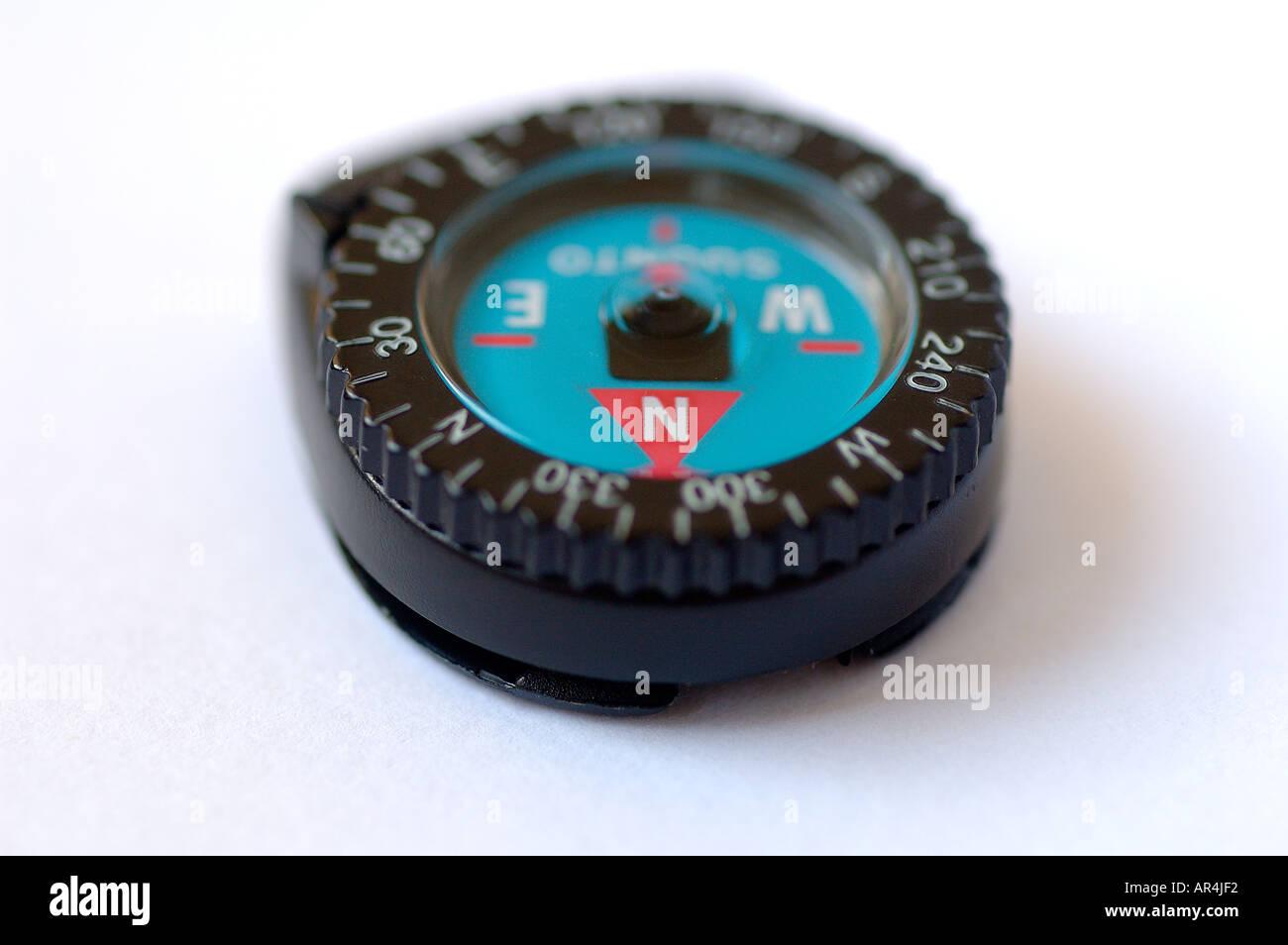 a87811dc1e30 Micro lleno de líquido brújula dispositivo para conectar a la correa de un reloj  de pulsera