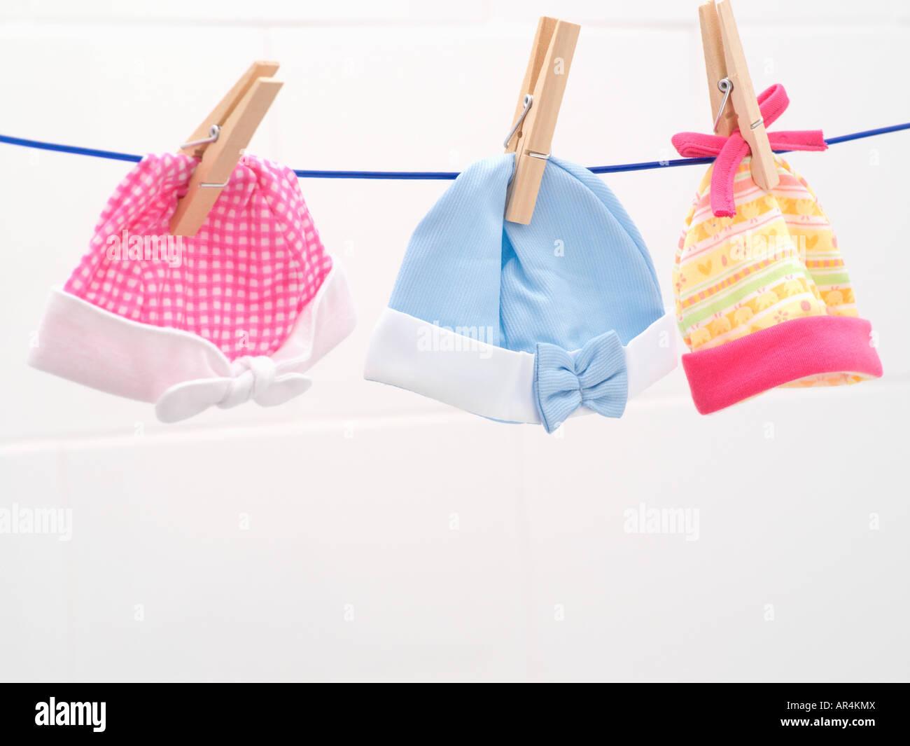 Gorros para bebé en línea de lavado Foto de stock