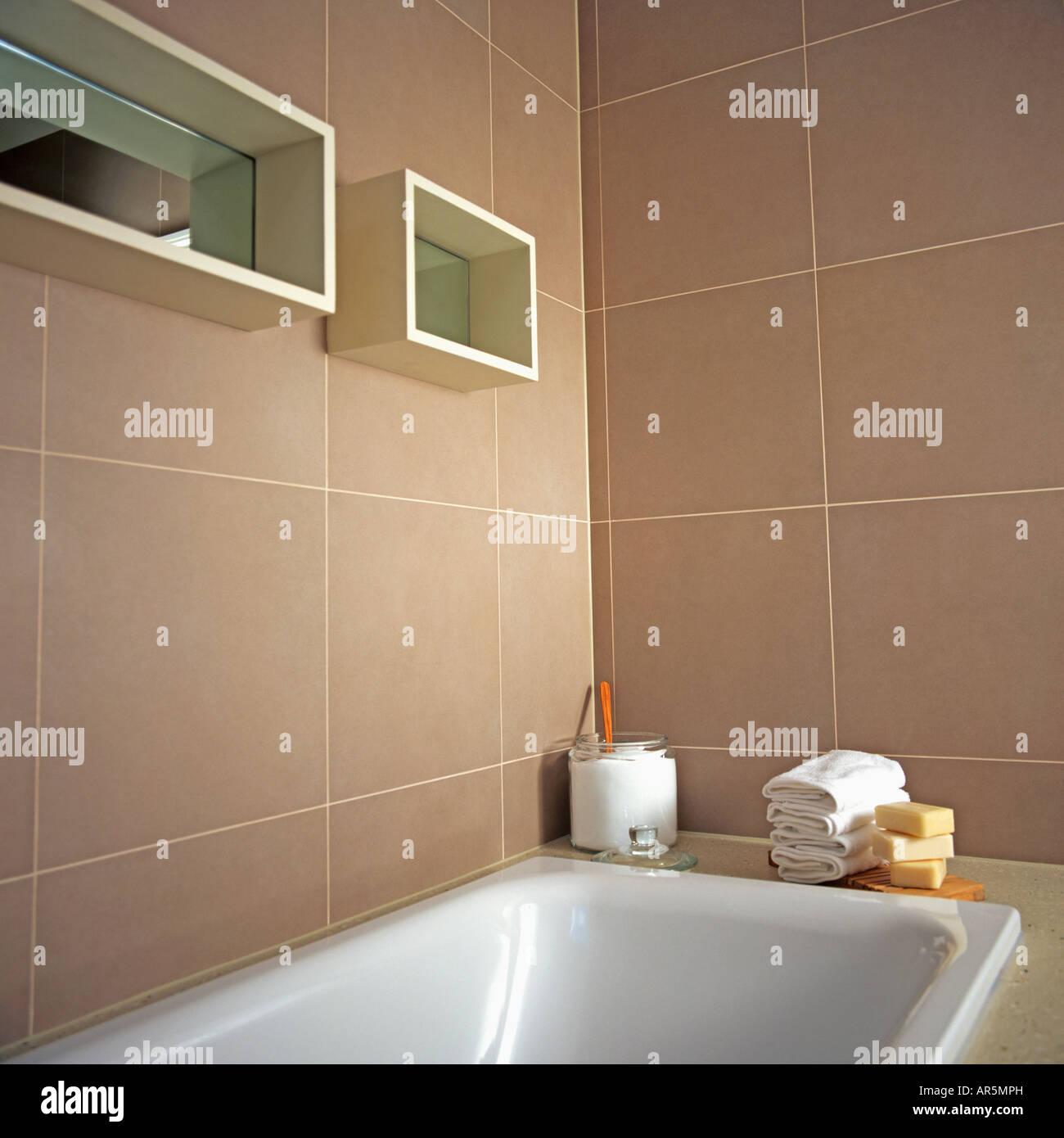 Ba o blanco debajo de estantes de cubo reflejado en paredes de baldosas color beige de ba o - Color beige en paredes ...