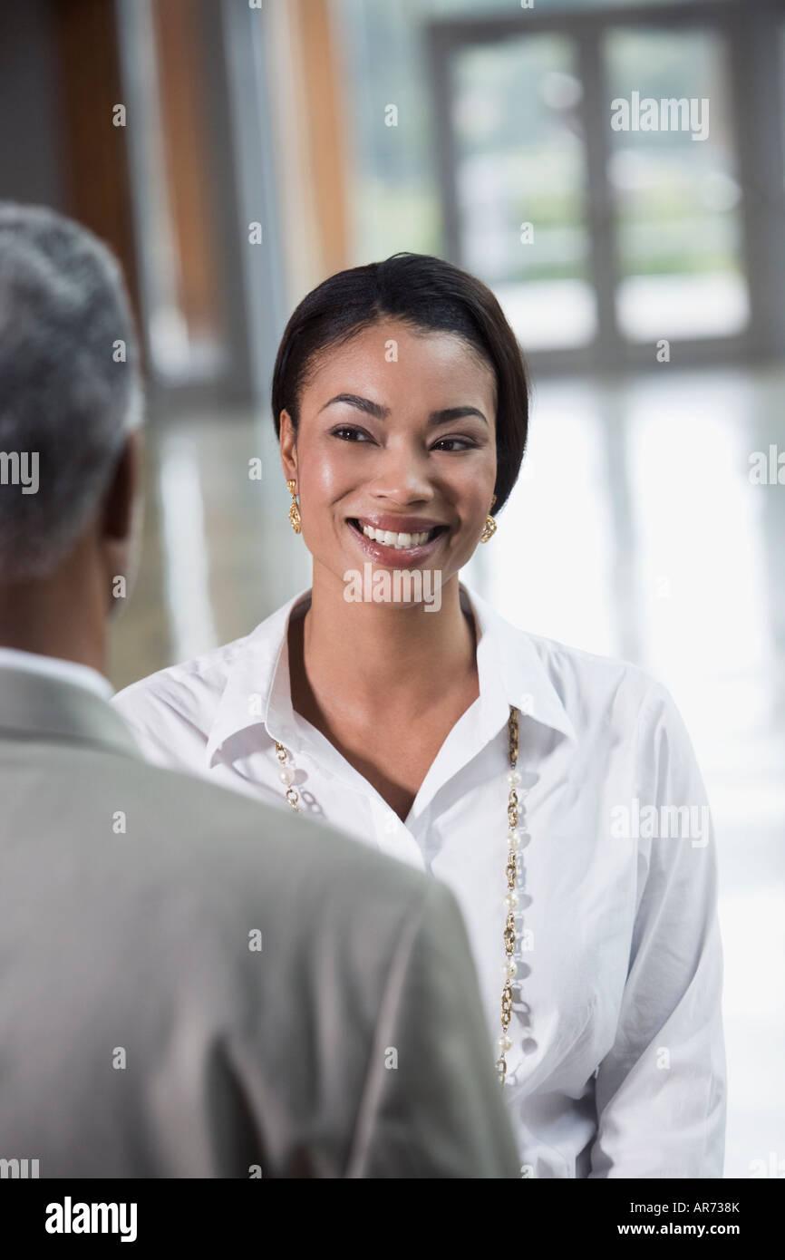 La empresaria africana sonriendo compañero Foto de stock