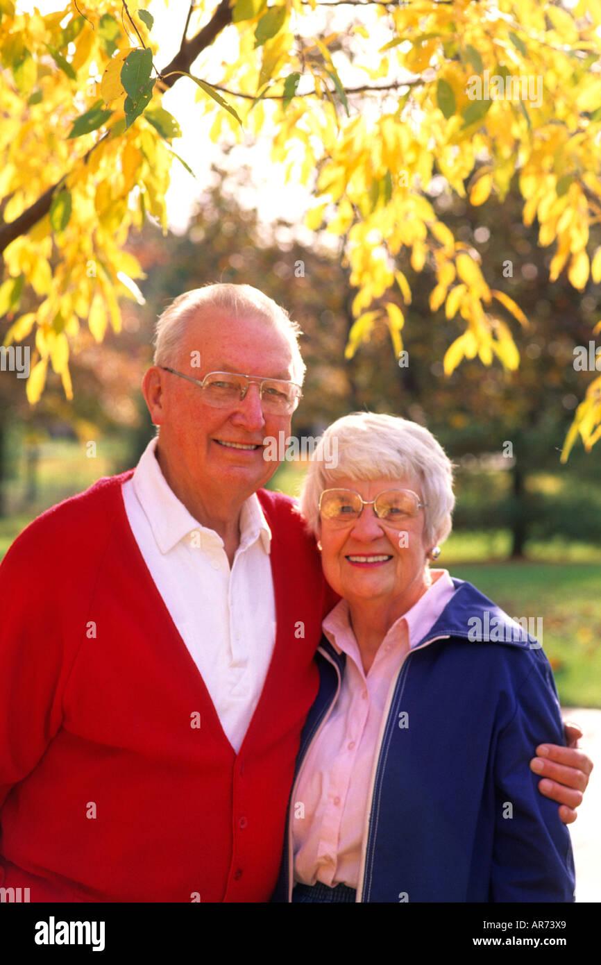 Pareja de jubilados retrato en colores de otoño la edad de las personas mayores es 80s Imagen De Stock