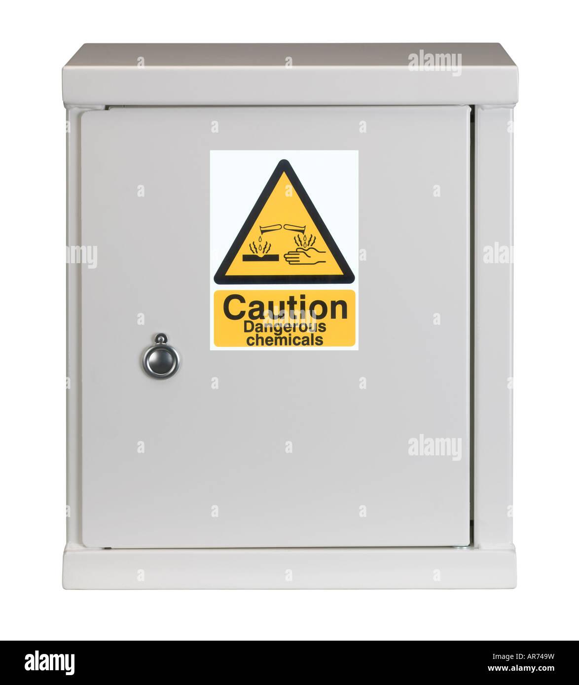 Armario de acero blanco con signo de advertencia de QUÍMICOS PELIGROSOS EN LA PUERTA Imagen De Stock