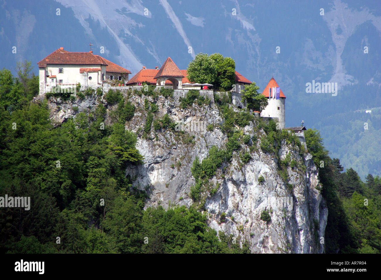 Castillo de Bled y rock outdrop Eslovenia Foto de stock