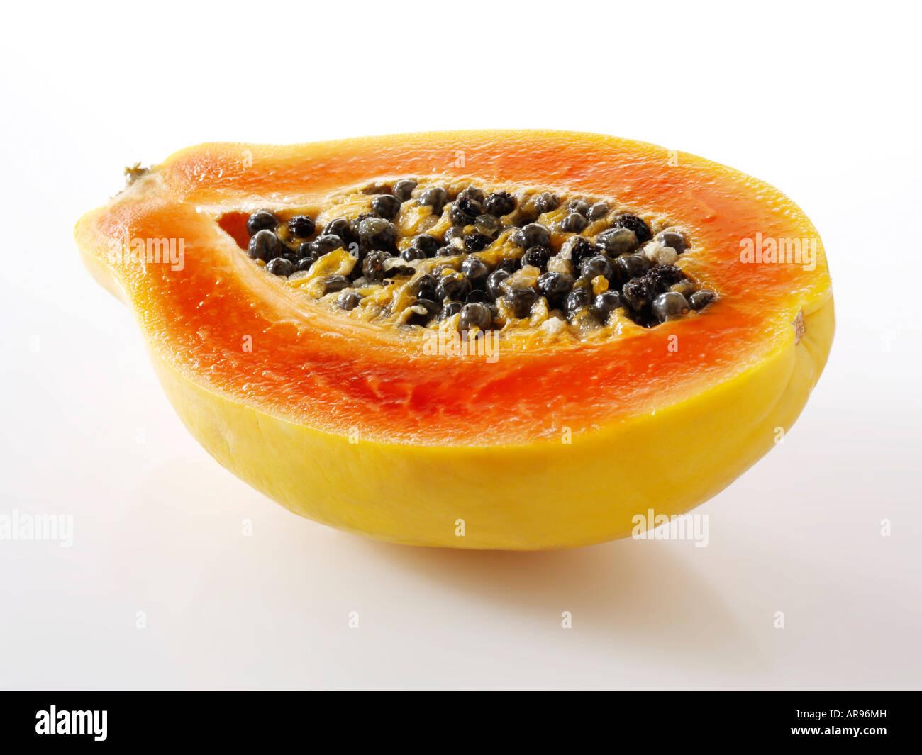 Frutas tropicales papaya cortada por la mitad contra un fondo blanco como un recorte Imagen De Stock