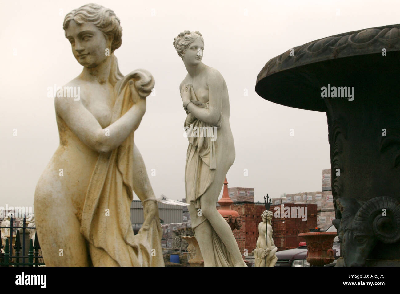 Estatuas de damas en Solopark baño materiales de construcción yard, Cambridgeshire, Reino Unido Imagen De Stock