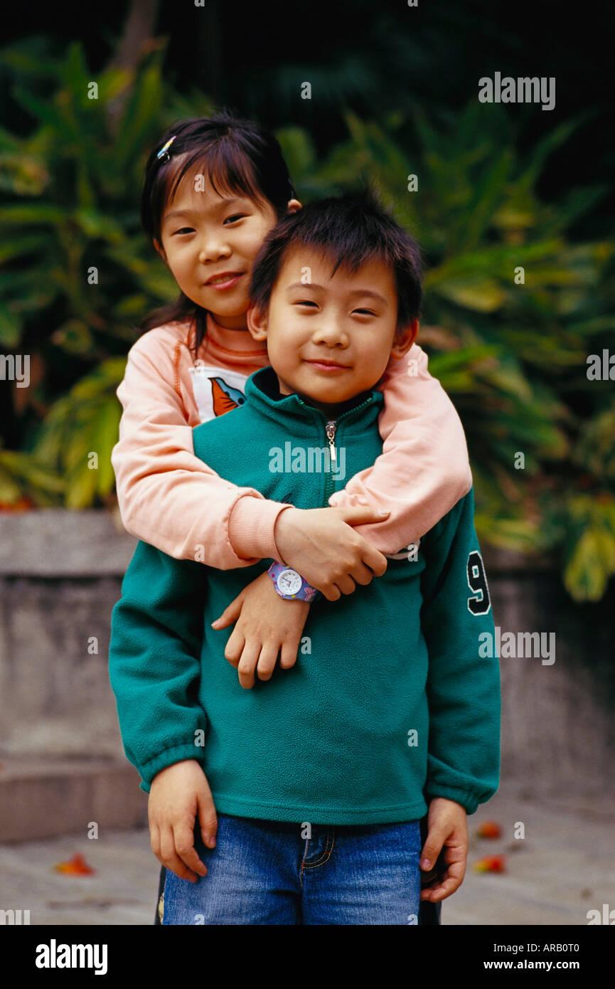 Retrato de hermano y hermana Foto de stock