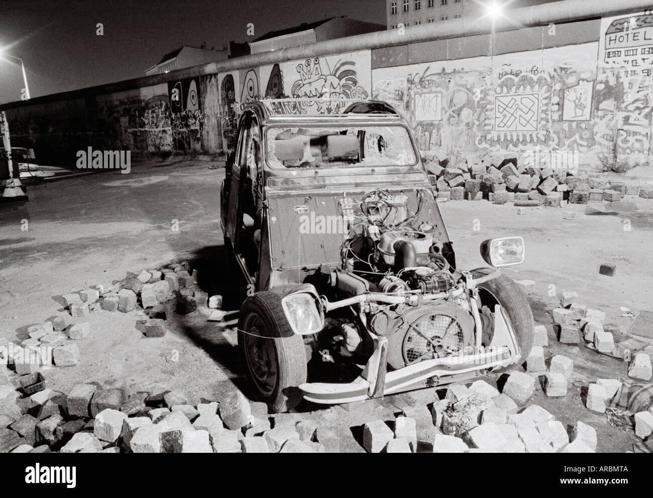 Reportaje fotográfico de la guerra fría noche - un monoplaza en el muro de Berlín Kreuzberg de Berlín Oeste Alemania occidental de Europa. Fotoperiodismo documental Imagen De Stock