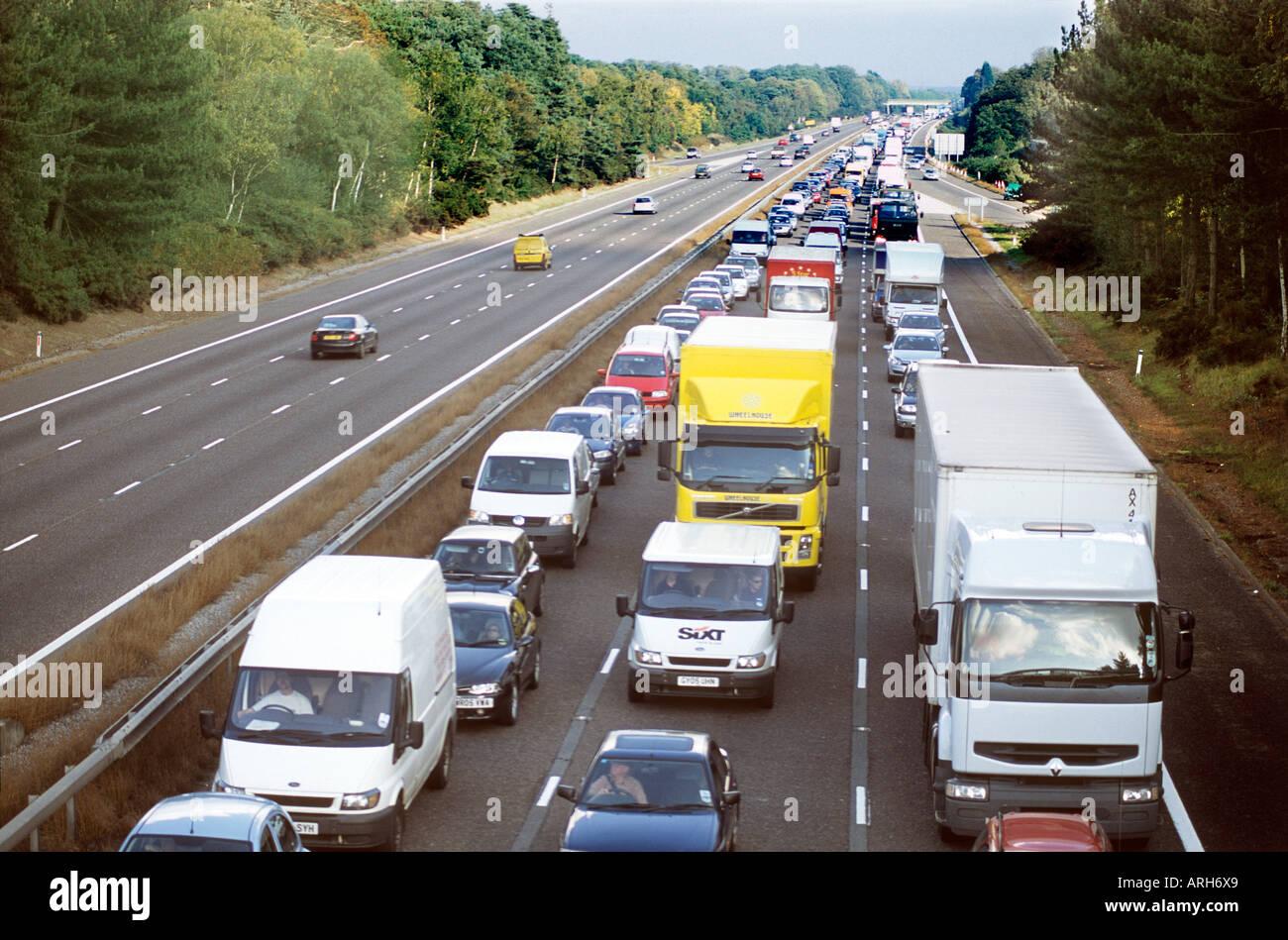 Autopista M3 bloqueado por accidente causando graves atascos de tráfico Imagen De Stock