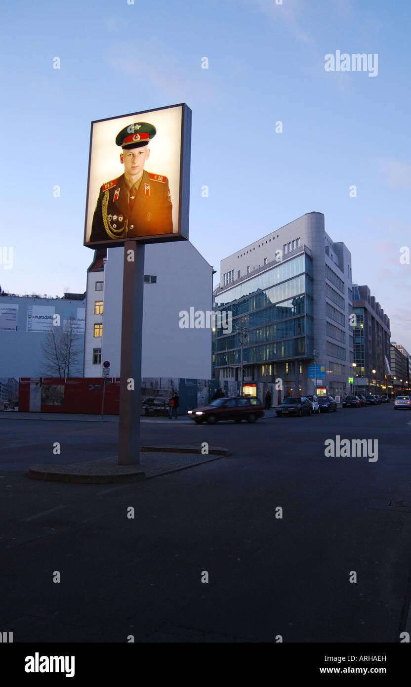 El Checkpoint Charlie, al anochecer, en Berlín, Alemania Imagen De Stock