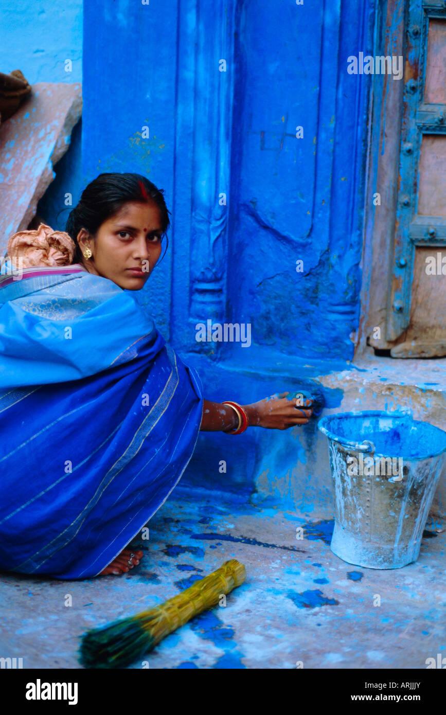 Mujer pintando su casa, Jodhpur, Rajasthan, India Imagen De Stock