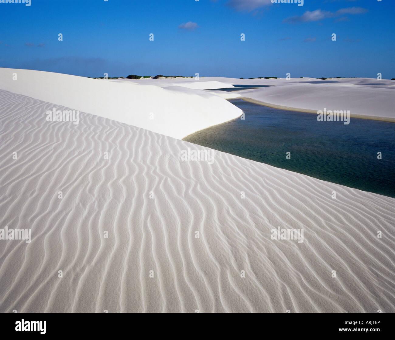 Dunas de Arena cerca de Laguna Bonita Laguna), el Parque Nacional dos Lencois Maranhenses, Brasil, América Imagen De Stock