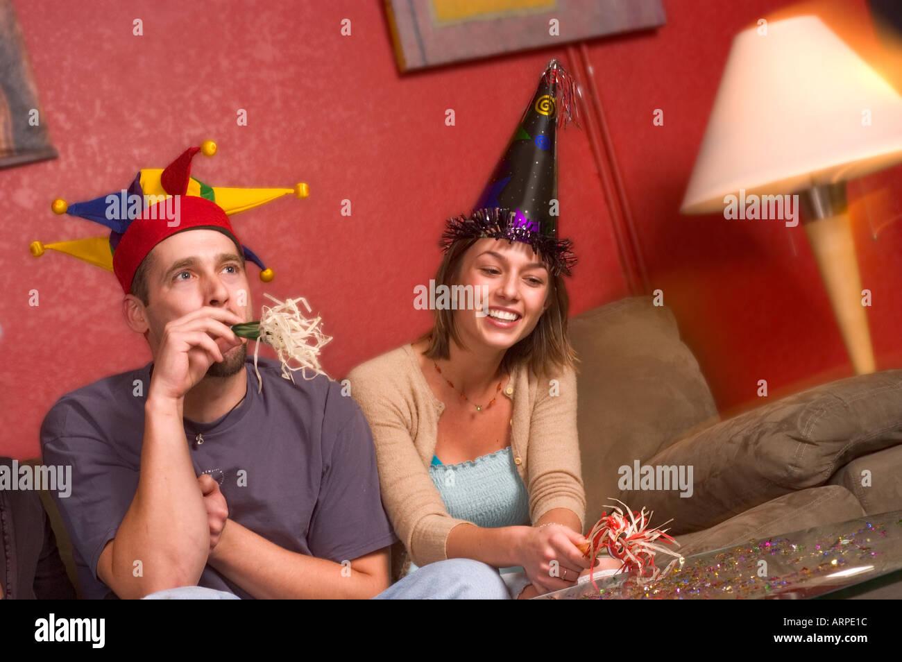 Los jóvenes de sombreros de fiesta con matracas u otros objetos para hacer  ruido. Imagen 1499af30dcd