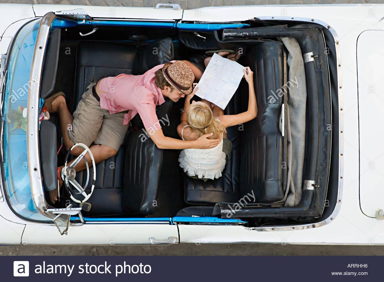 Pareja mirando el mapa en coche Imagen De Stock