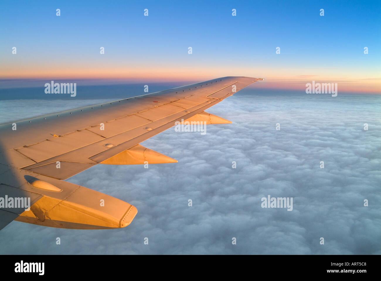 Ala de avión al atardecer Foto de stock