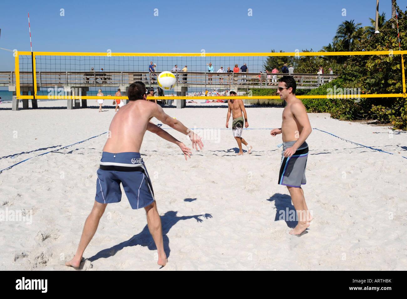 2 en 2 de voleibol de playa jugado en el Pier Beach Naples, Florida Imagen De Stock