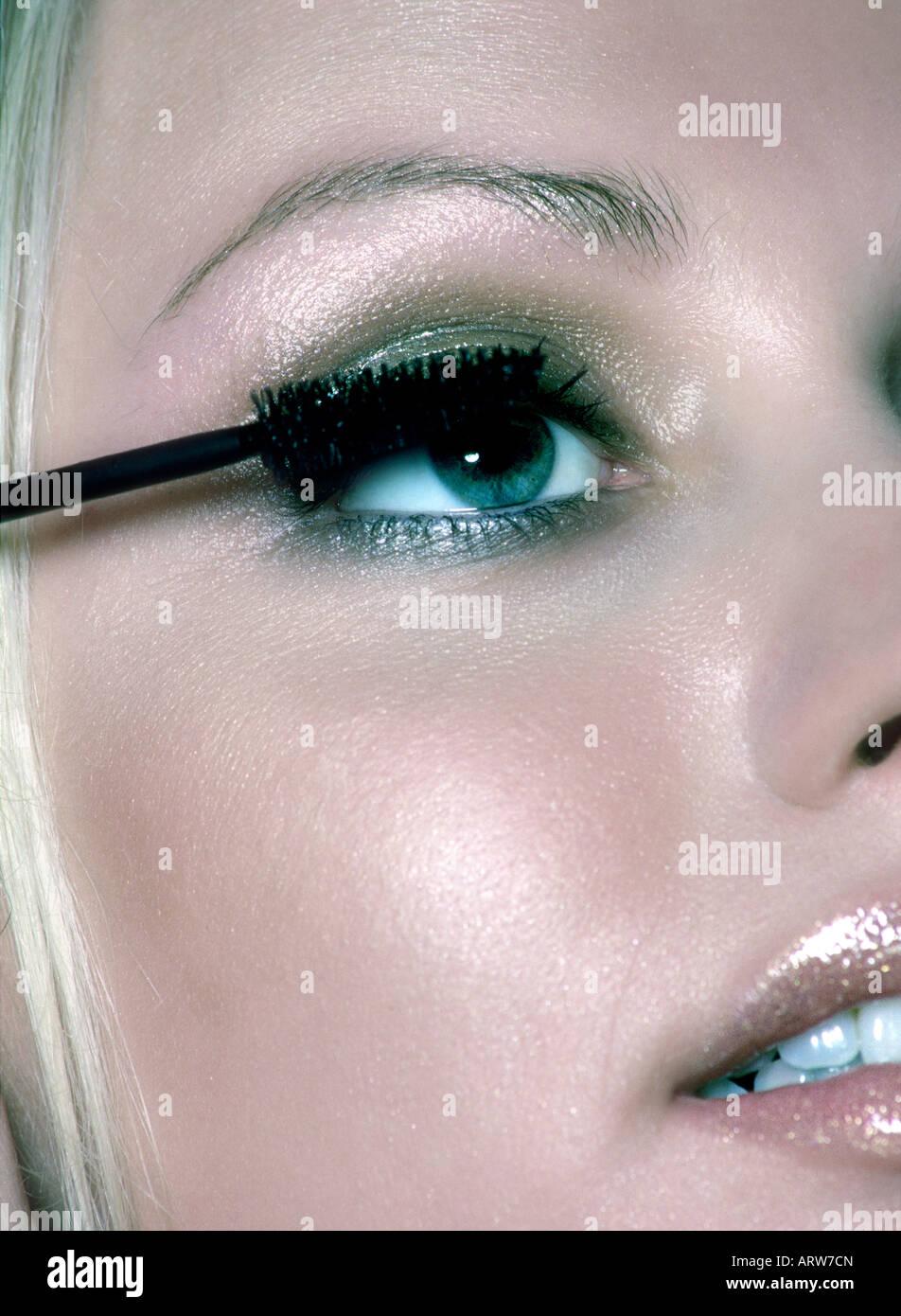 Mujer de aplicar el rímel de sus pestañas Imagen De Stock