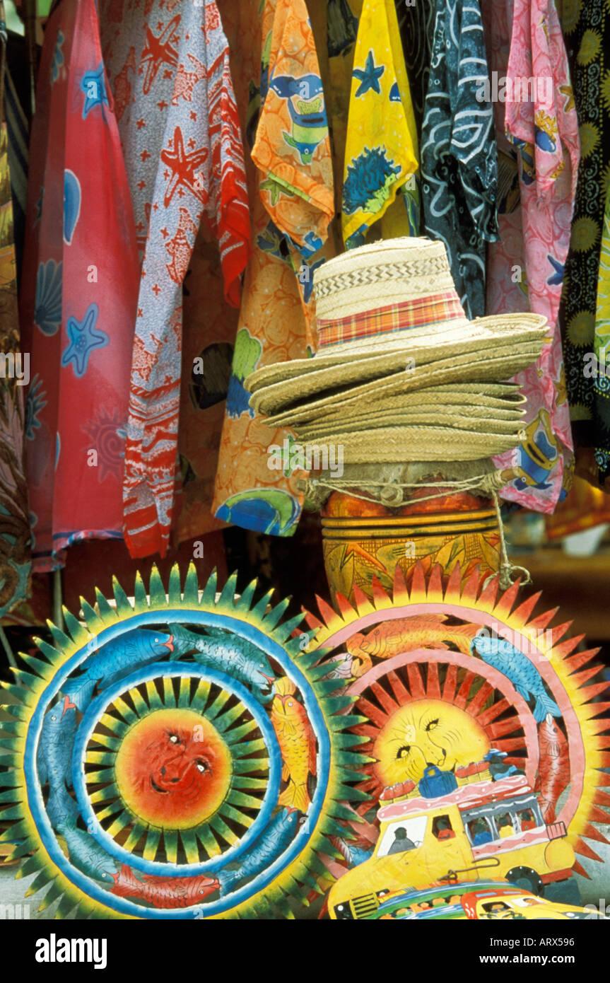 México colorido despliegue de sombreros y ropa de mercado al aire libre en Puerto  Vallarta. 98d43828ddb