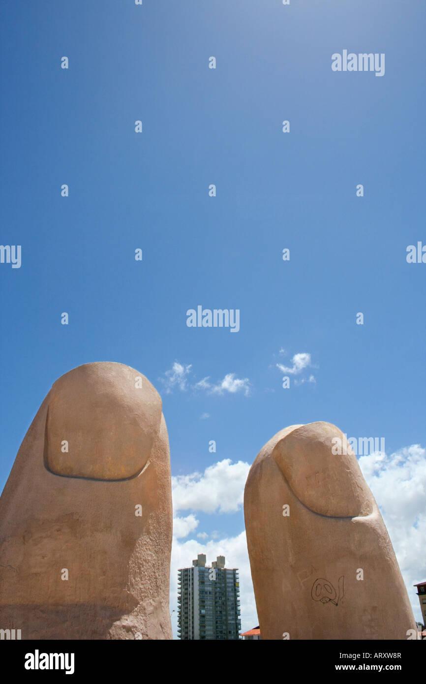Beachside escultura La Mano en Punta del Este parece una mano gigante saliendo de la arena Imagen De Stock