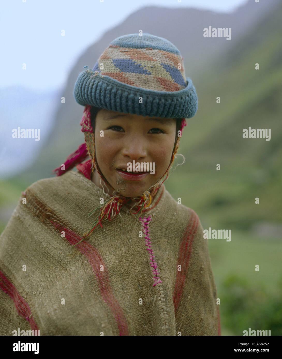 Niño Indio vestido de homespun poncho y sombrero de lana tejida con  orejeras de una carretera 100b9193989