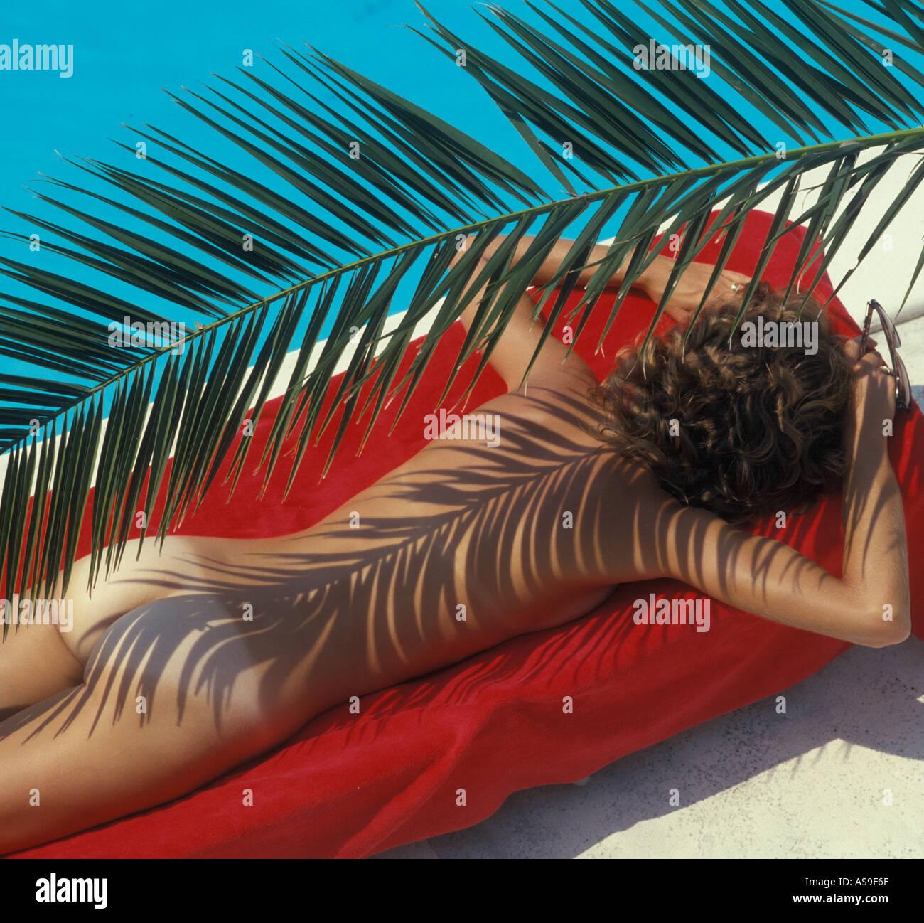 Mujer Desnuda Tomando El Sol En La Piscina Foto Imagen De Stock