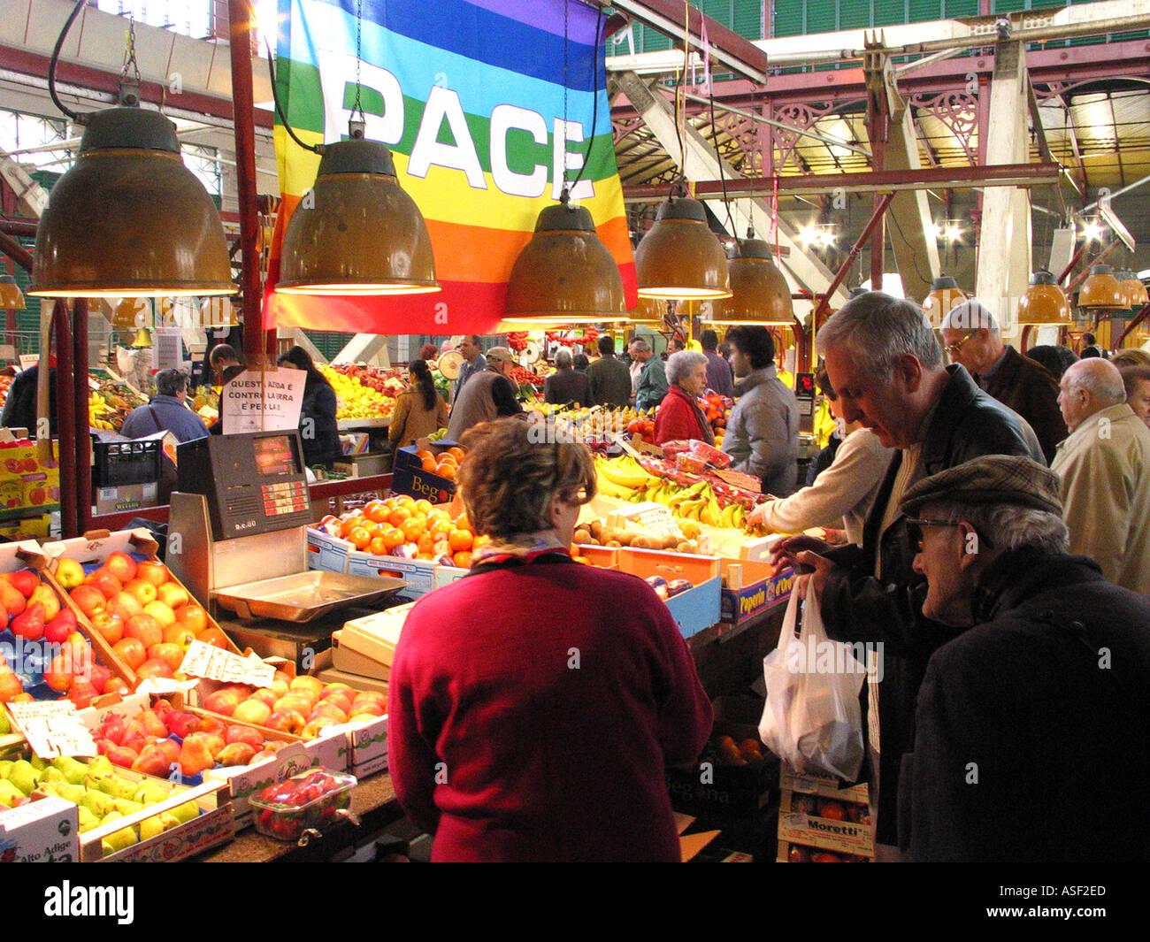 Bandera de paz pende sobre producen en Florencia Italia s Mercado Central  Imagen De Stock 0250c744a6b