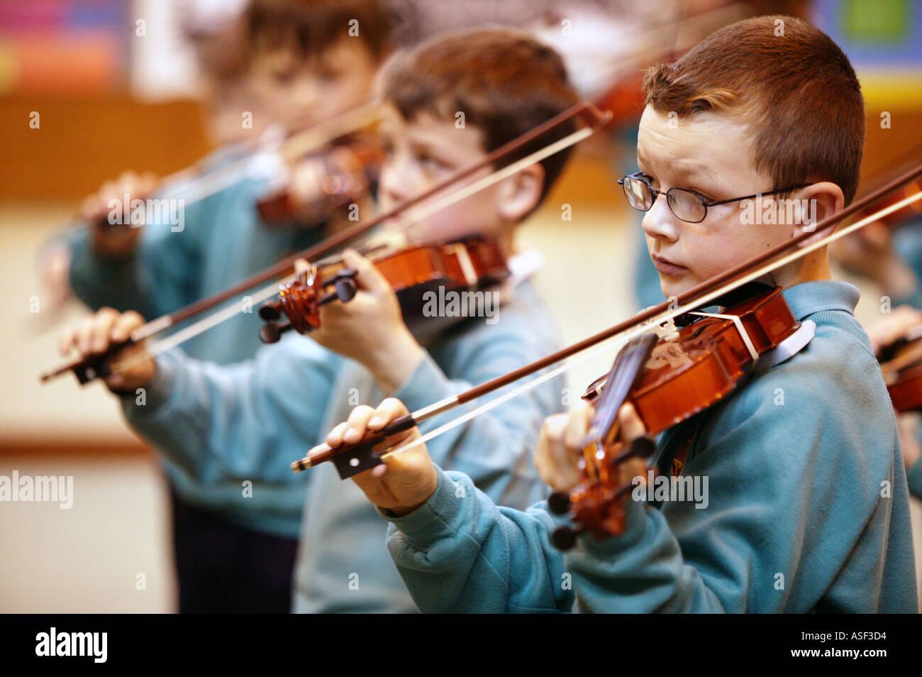 Lecciones de violín para alumnos de 4 años en la escuela primaria San Lorenzo en Ludlow Shropshire UK Abril 2004 Imagen De Stock