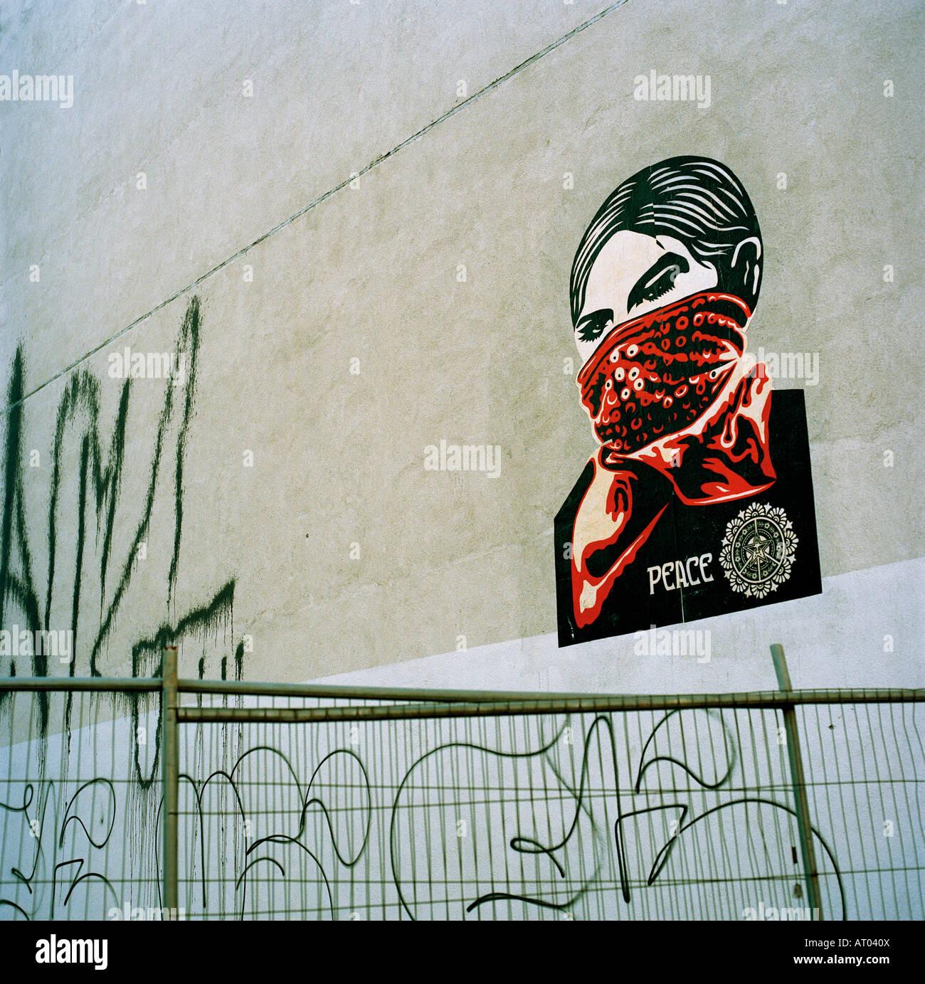 Arte en la calle en Londres por el artista norteamericano Shepard Fairey Foto de stock