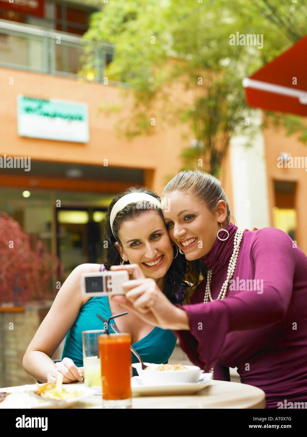 Mujer toma la foto con el teléfono móvil Imagen De Stock