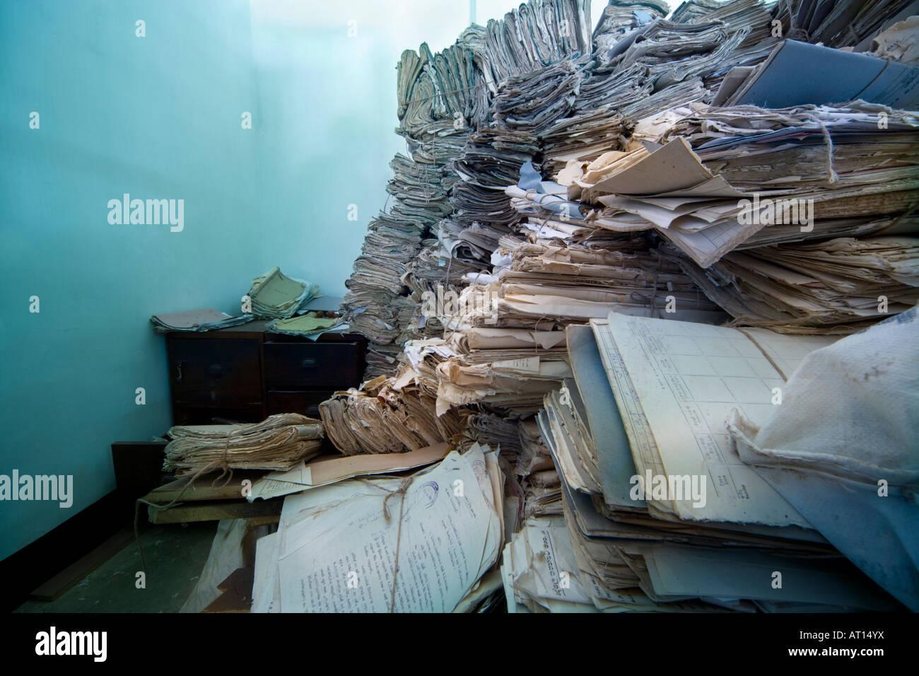 Montones de expedientes judiciales, papeleo, en un archivo en Sri Lanka. Imagen De Stock