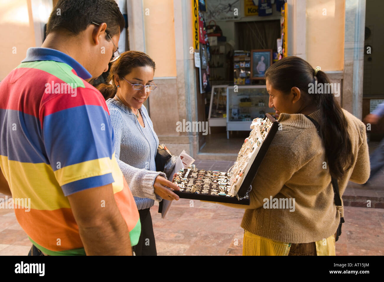 e5d005f7df74 México Guanajuato hombre y mujer mire joyería de plata mexicana vender  mercancías en las calles