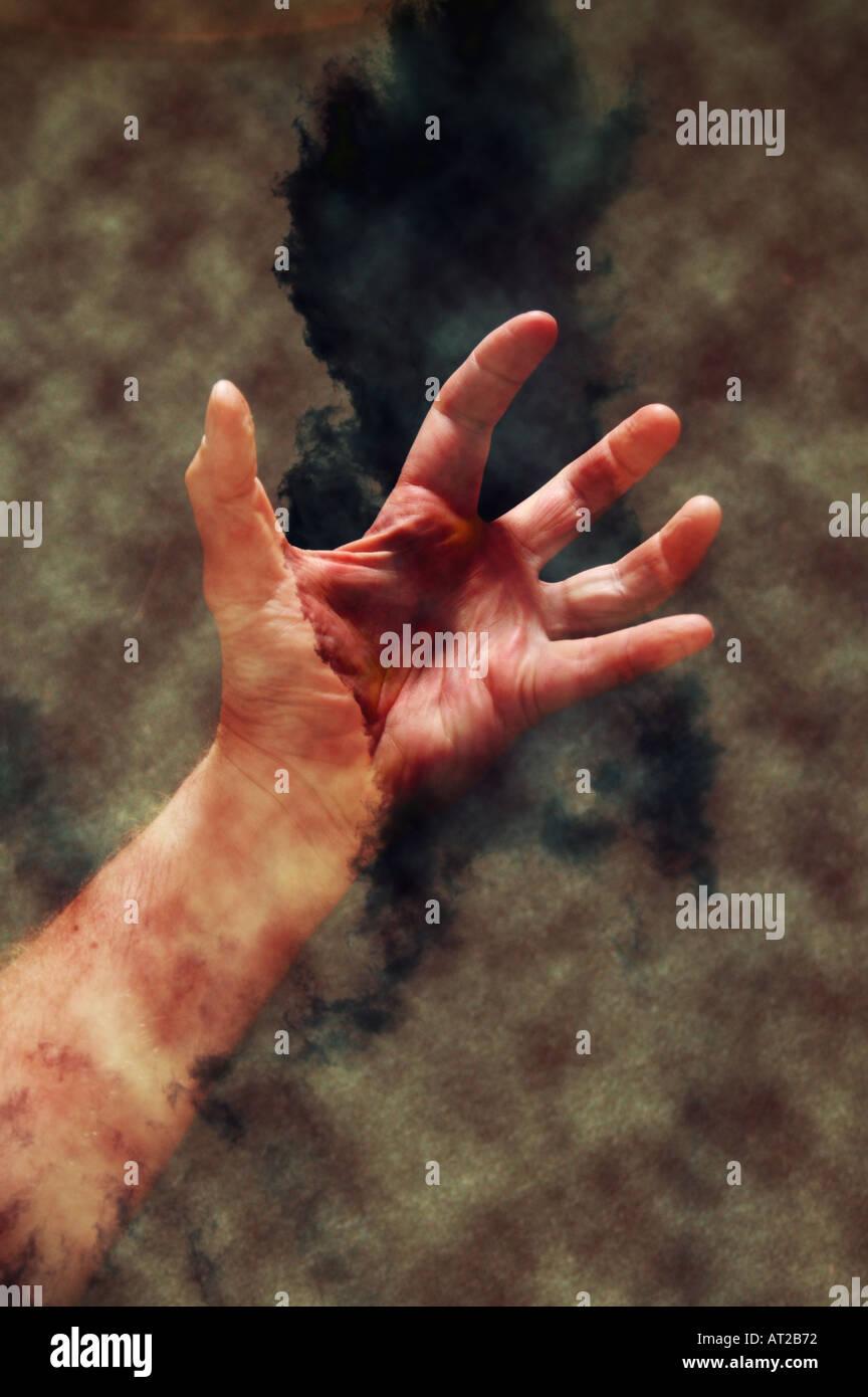 Concepto dos manos collage con nubes y patrones Imagen De Stock