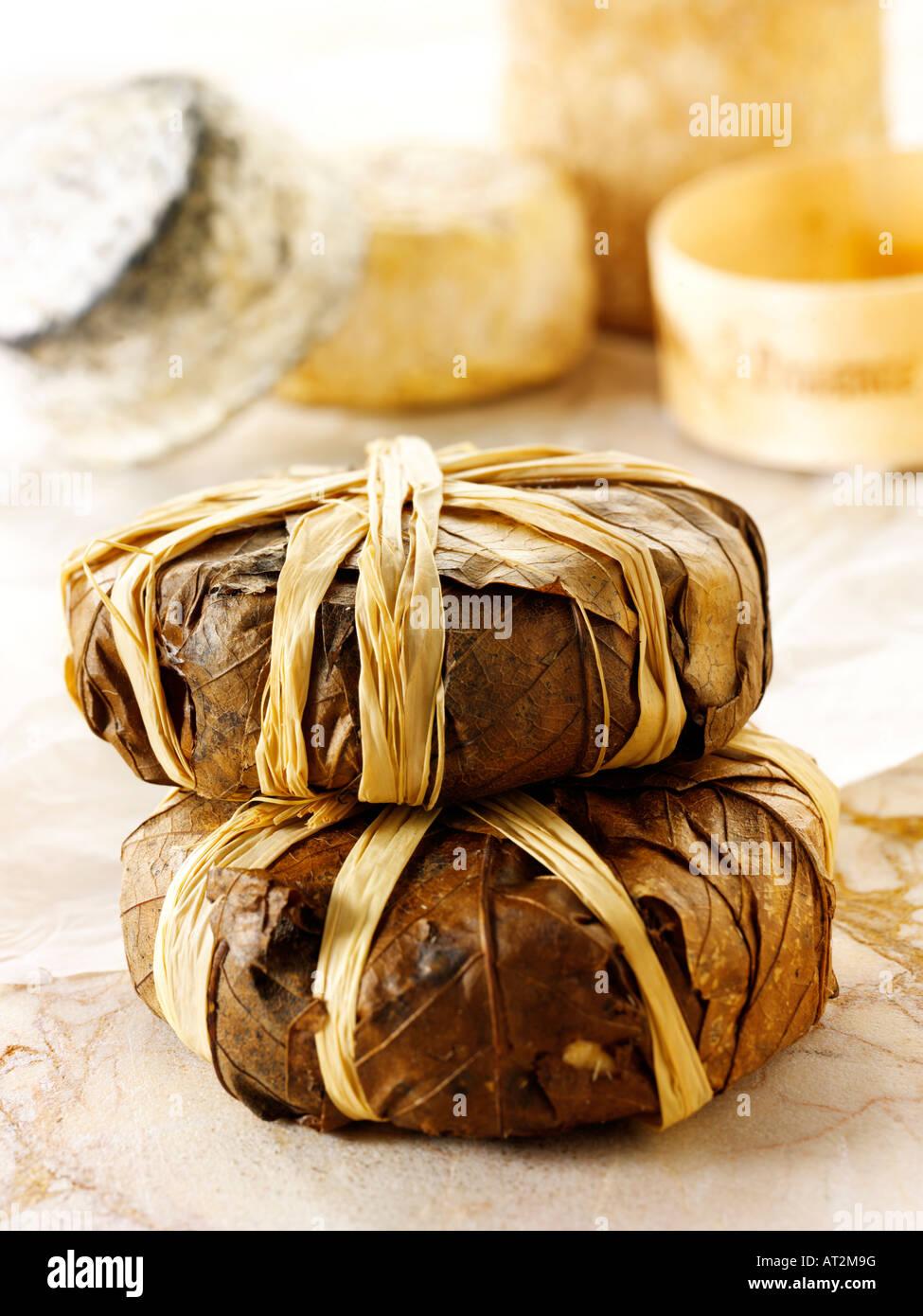 Bannon suave queso de cabra francés de Provenza en hojas en una tienda de queso. Imagen De Stock