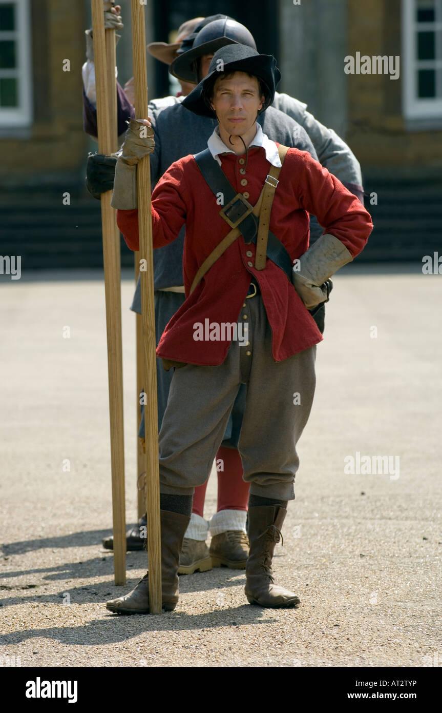 La guerra civil del siglo XVII Piqueros desempeñado por nudo sellado guerra civil inglesa recreacions Foto de stock