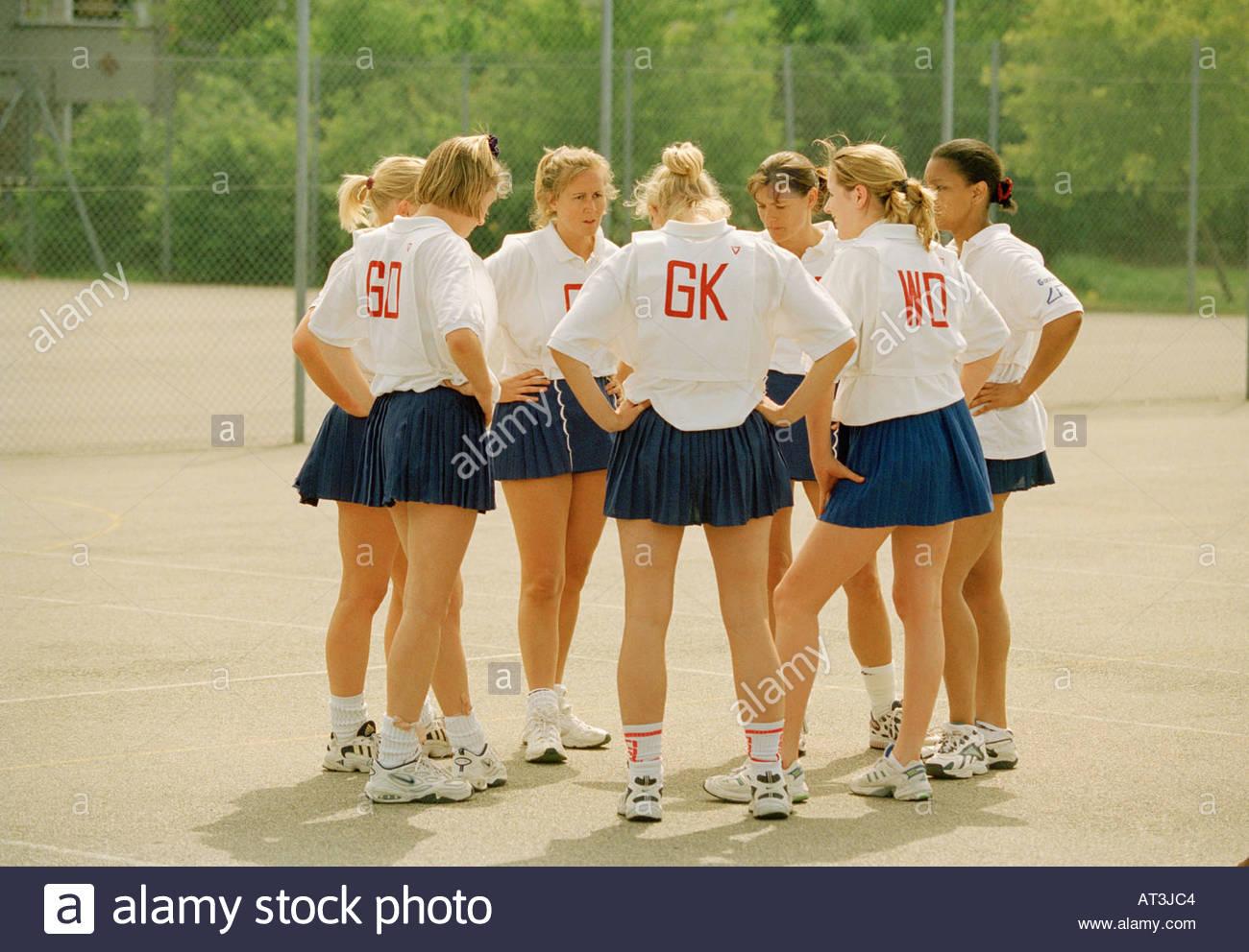 Equipo de baloncesto de mujeres agrupadas en un círculo Imagen De Stock