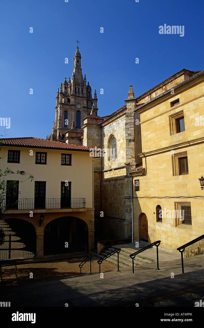 Vista de la fachada posterior y el campanario de la basílica de Begoña Imagen De Stock