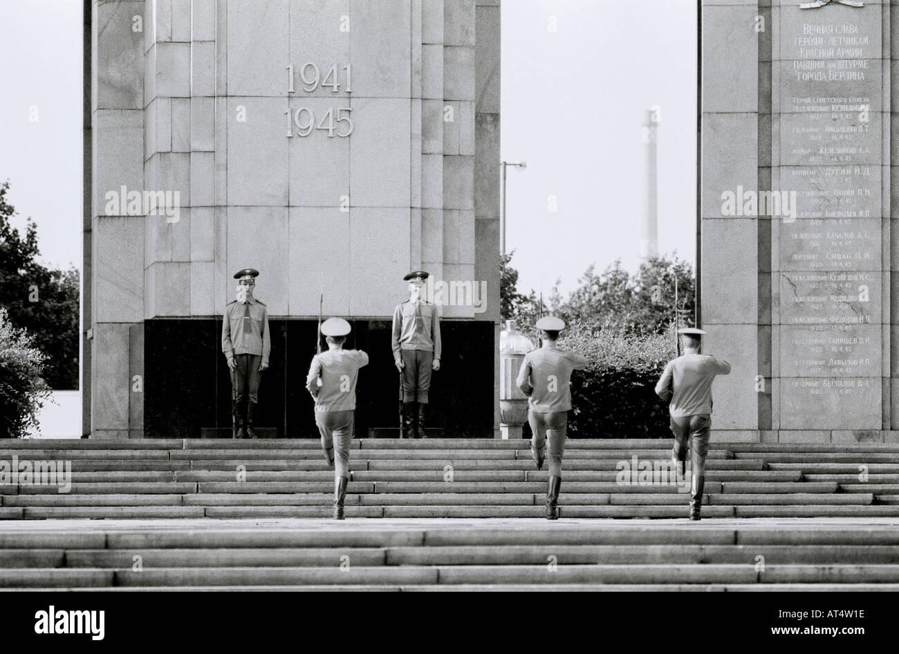 Memorial de la guerra soviética en Tiergarten cerca de la Puerta de Brandenburgo en Berlín Occidental de la guerra fría en Alemania en Europa. Historia soldado de Guardia Viajes Vida Imagen De Stock