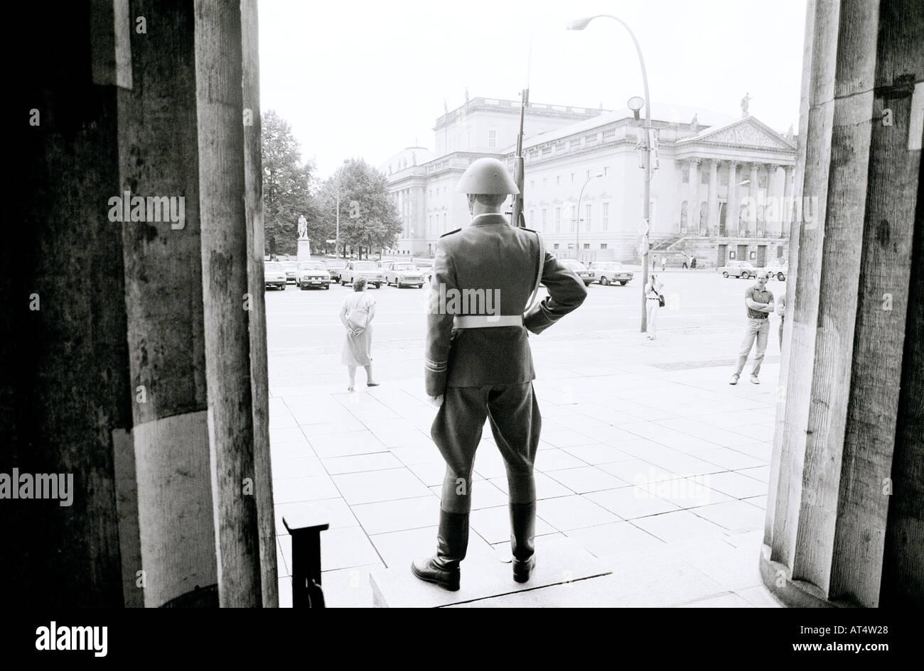 Nuevo Cuartel de Neue Wache en la guerra fría en la avenida Unter den Linden en Berlín Oriental en Alemania en Europa. Historia soldado Memorial Travel Imagen De Stock