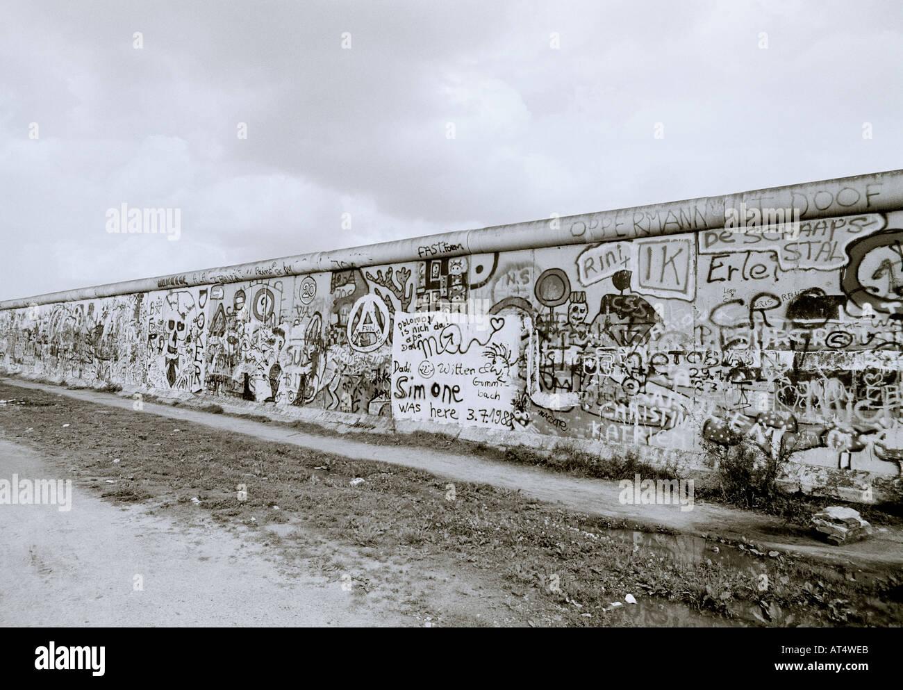 La historia de Europa. El histórico Muro de Berlín y el graffiti en el oeste de Berlín, en Alemania, en Europa durante la Guerra Fría. Imagen De Stock