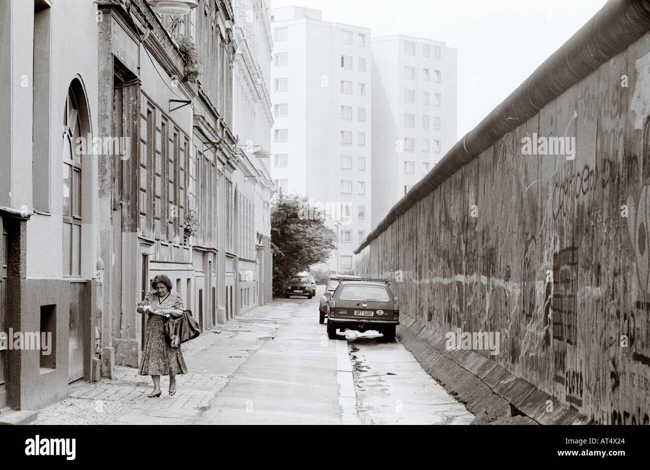 La historia de Europa. El histórico Muro de Berlín en Kreuzberg de Berlín Occidental en Alemania en Europa durante la Guerra Fría. Imagen De Stock