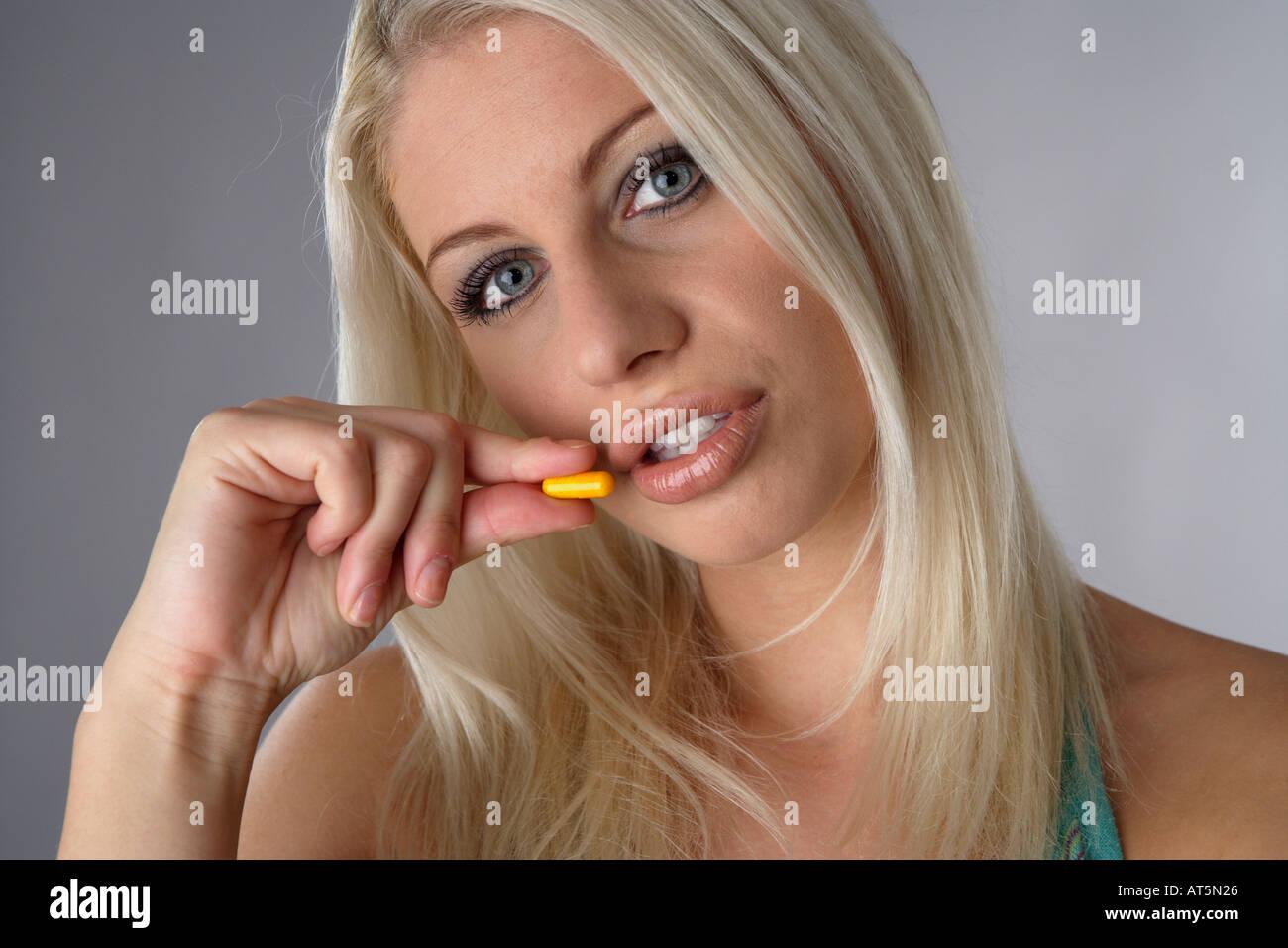 Frau hält Tablette Foto de stock
