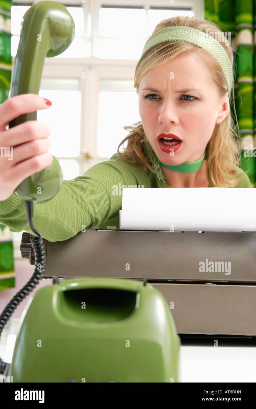 Mujer joven utilizando el teléfono Imagen De Stock