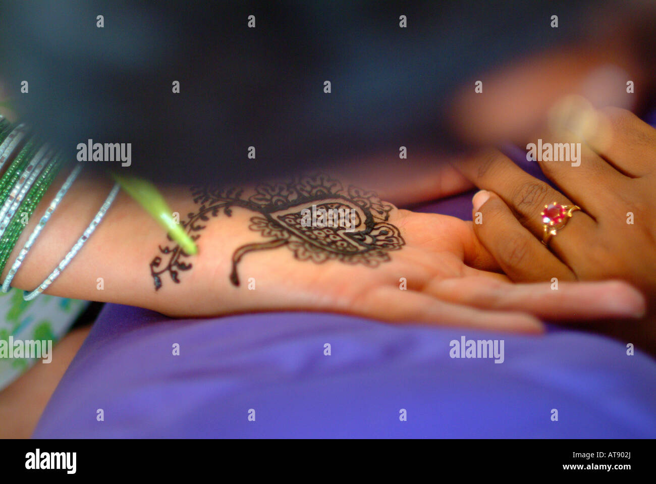La mujer que recibe un tinte de henna mendhi ( ) diseño en su mano antes de su boda india Foto de stock