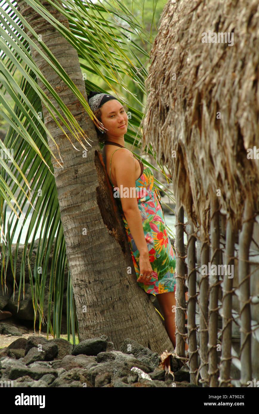 Mujer joven de Puu honua o honaunau comúnmente conocida como ciudad de refugio, un parque histórico nacional en el sur de Kona en la gran isla Foto de stock