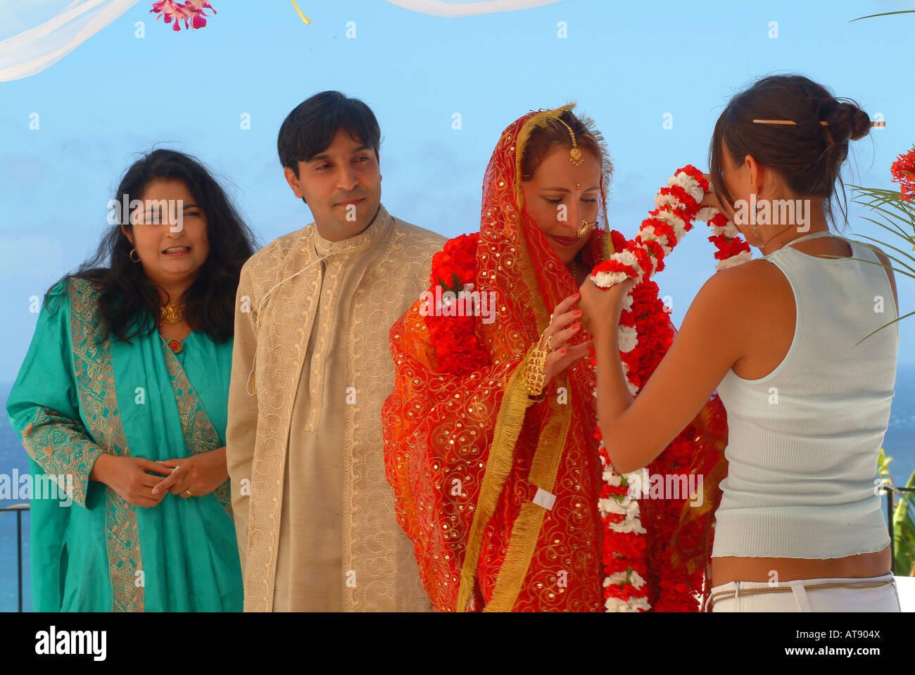 Hindi Tradditional boda con el novio a punto de recibir el clavel flores de su novia Foto de stock
