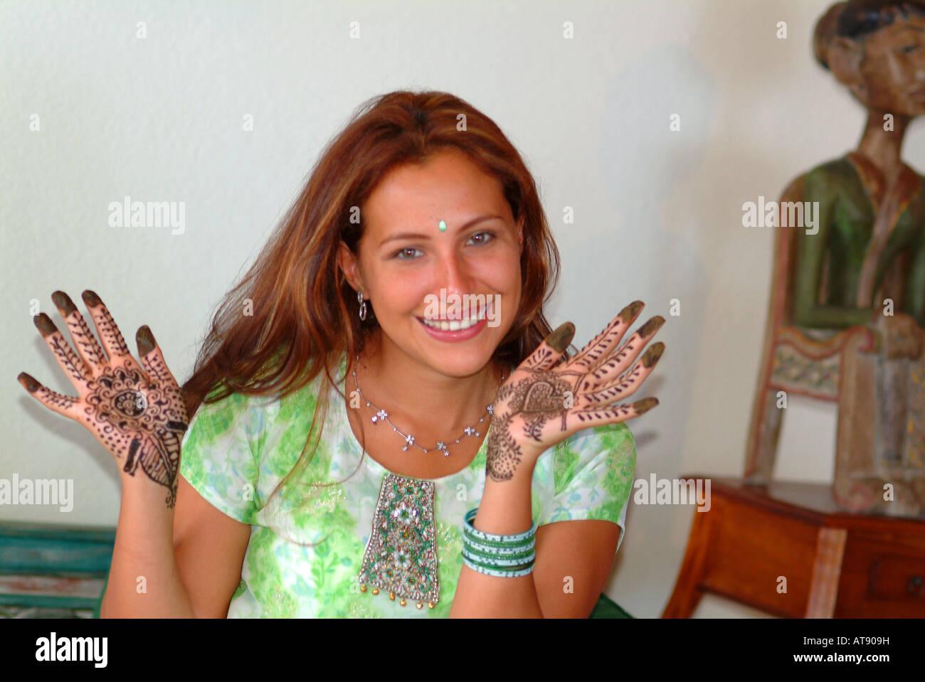 Mujer con manos teñidas con Mendi (henna) antes de su ceremonia de boda Foto de stock