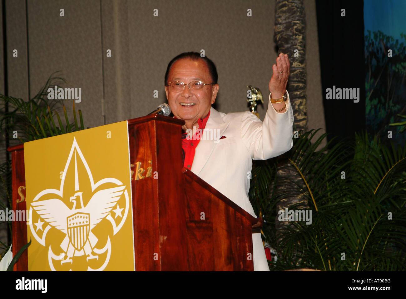El Senador Daniel Inouye dando una charla a los Boy Scouts Aloha consejo ciudadano distingue ceremonia de entrega de premios. El senador Inouye ha Foto de stock