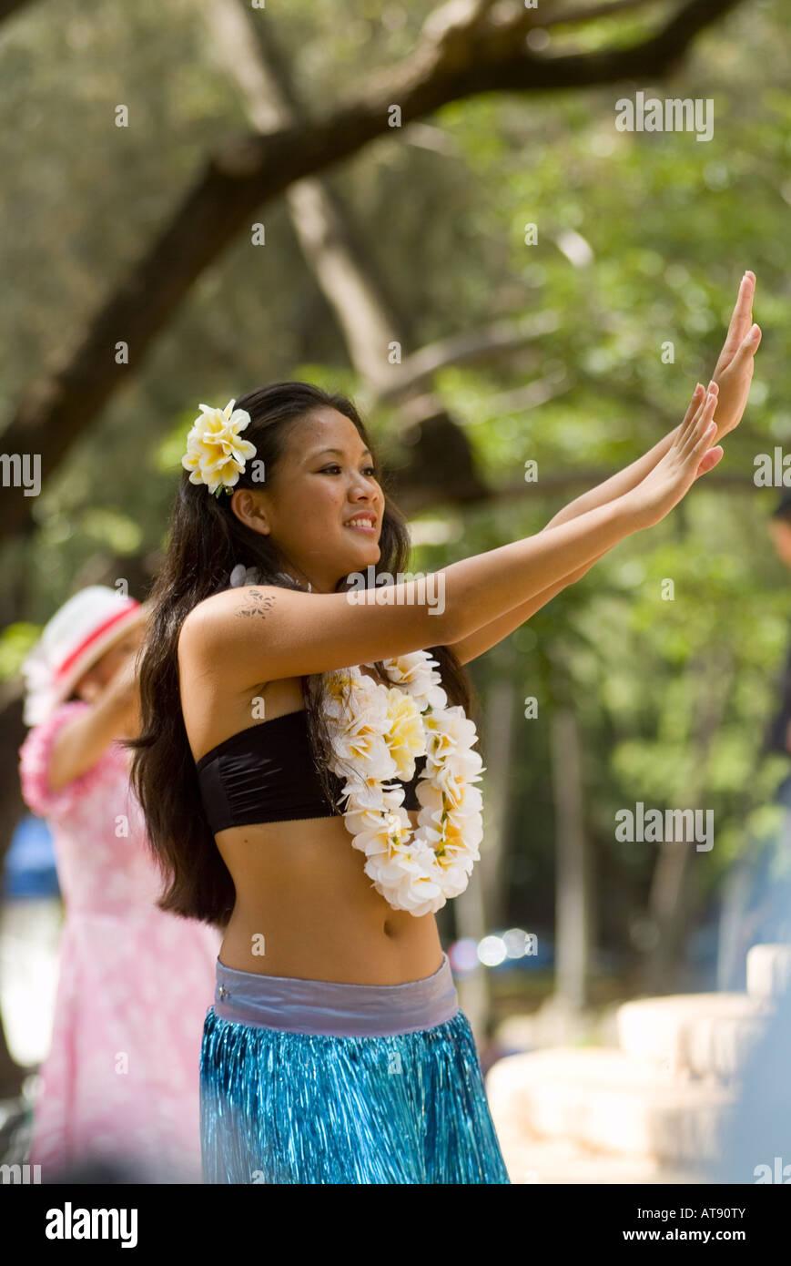Los danzarines bailan Hula en el parque Kapiolani Bandstand el día de mayo, también conocido en Hawaii como lei día Foto de stock